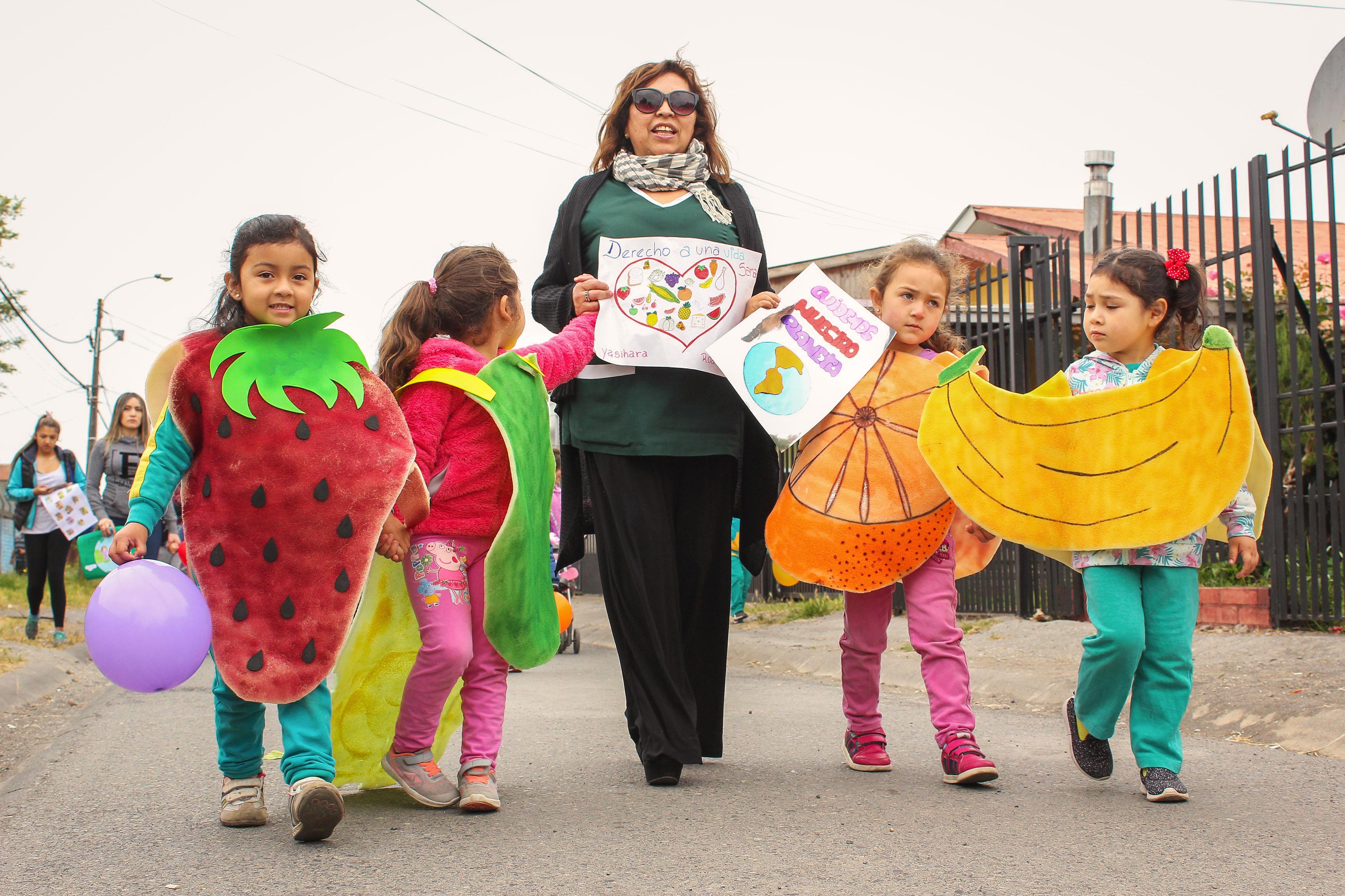 Desfile saludable realizaron ni os y ni as del jard n for Postulacion jardin junji 2016